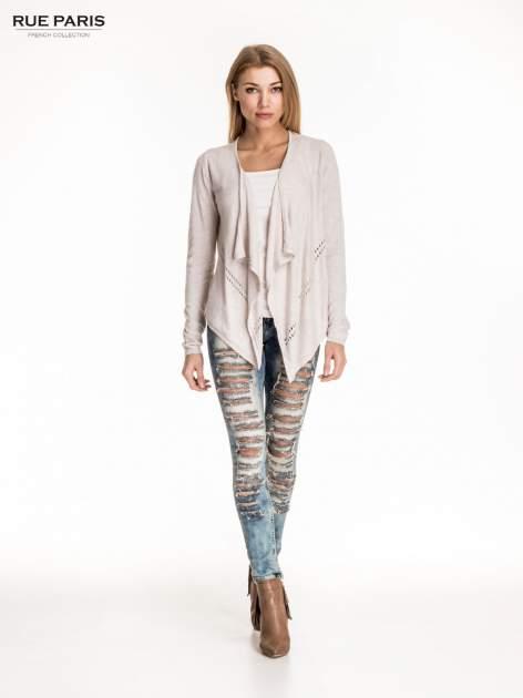 Beżowy sweter z kaskadowymi bokami i oczkami                                  zdj.                                  4