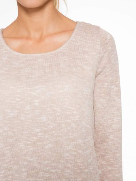 Beżowy sweter z rozcięciem z tyłu                                  zdj.                                  5