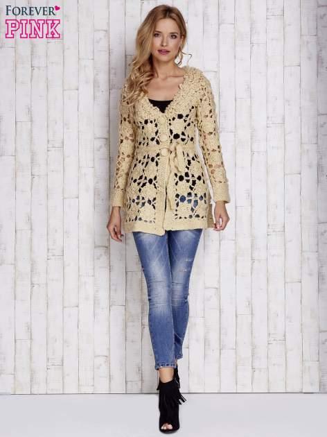 Beżowy sweter z wiązaniem w pasie                                  zdj.                                  2
