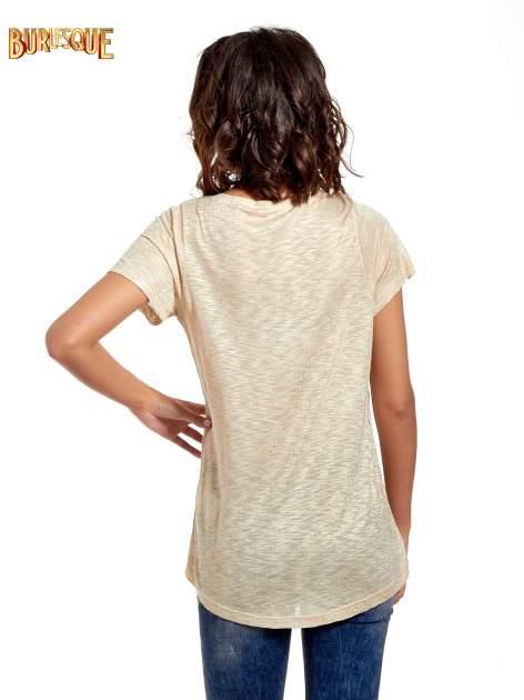 Beżowy t-shirt w złote plamki                                  zdj.                                  4