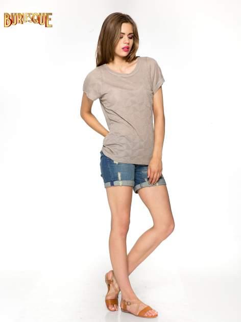 Beżowy t-shirt z ażurowymi przeszyciami i kieszonką                                  zdj.                                  2
