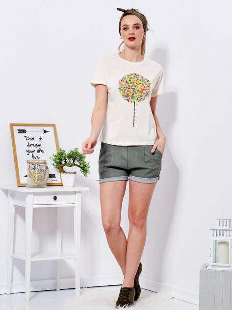 Beżowy t-shirt z kolorowym nadrukiem i perełkami                              zdj.                              4