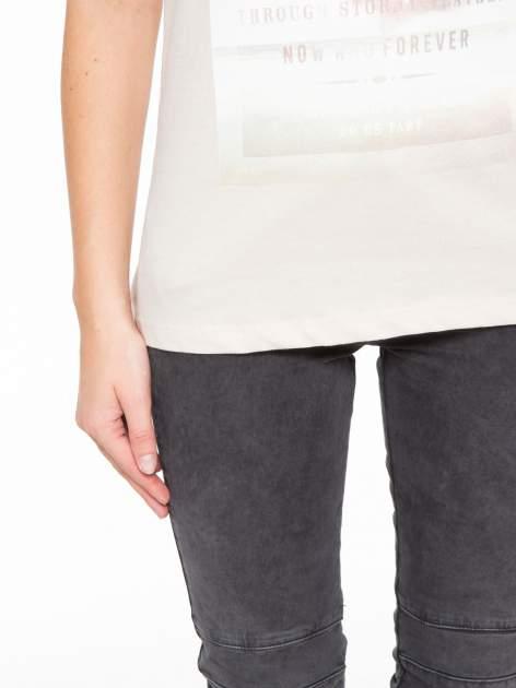 Beżowy t-shirt z napisem STAND BY ME                                  zdj.                                  6