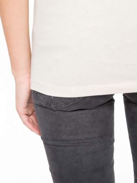 Beżowy t-shirt z napisem STAND BY ME                                  zdj.                                  10