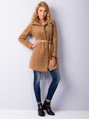 Beżowy wełniany płaszcz ze skórzanym paskiem                                  zdj.                                  2
