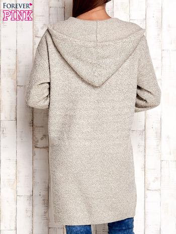 Beżowy wełniany sweter z naszywkami i kapturem                                  zdj.                                  4
