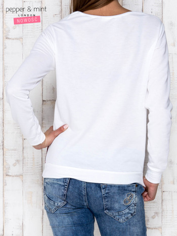Biała bluza z motywem kwiatowym i napisem                              zdj.                              4