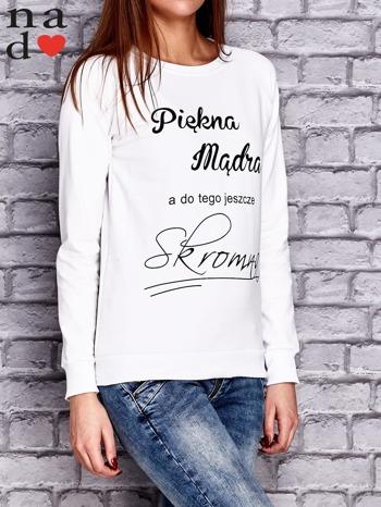 Biała bluza z napisem PIĘKNA MĄDRA A DO TEGO JESZCZE SKROMNA                                  zdj.                                  3