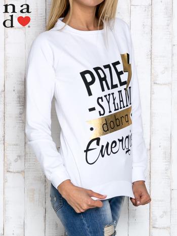 Biała bluza z napisem PRZESYŁAM DOBRĄ ENERGIĘ                                  zdj.                                  3