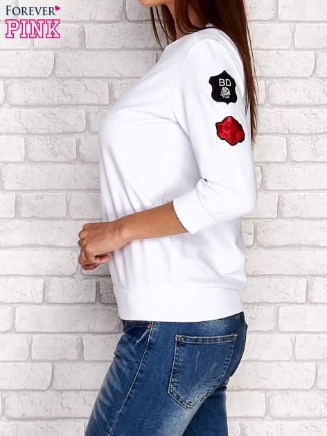 Biała bluza z naszywkami na rękawie                                  zdj.                                  3