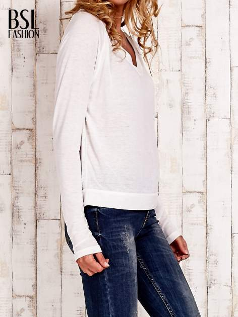 Biała bluzka basic z dekoltem w serek                                  zdj.                                  3