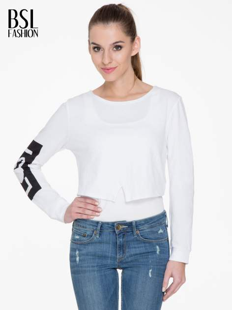 Biała bluzka cropped z nadrukiem na rękawie i plecami cut out                                  zdj.                                  1