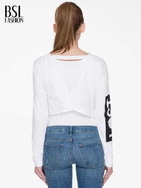 Biała bluzka cropped z nadrukiem na rękawie i plecami cut out                                  zdj.                                  4