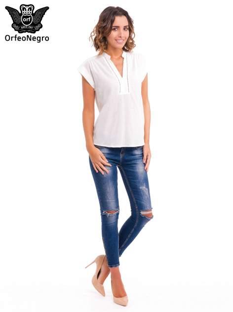 Biała bluzka koszulowa z ażurowaniem wzdłuż dekoltu                                  zdj.                                  2