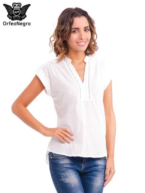 Biała bluzka koszulowa z ażurowaniem wzdłuż dekoltu                                  zdj.                                  1