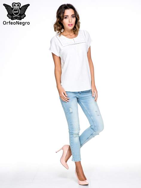 Biała bluzka koszulowa z haftem i ażurowaniem przy dekolcie                                  zdj.                                  2