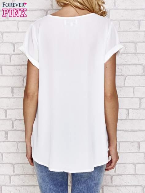 Biała bluzka koszulowa z nadrukiem kwiatów                                  zdj.                                  4