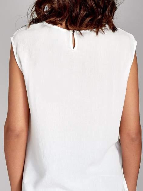 Biała bluzka koszulowa z ozdobnym dekoltem z wycięciami                                  zdj.                                  6