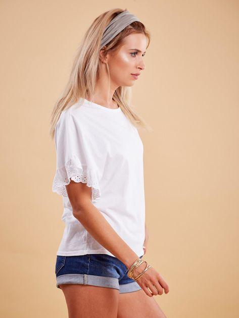 Biała bluzka o luźnym kroju z falbankami na rękawach                              zdj.                              3