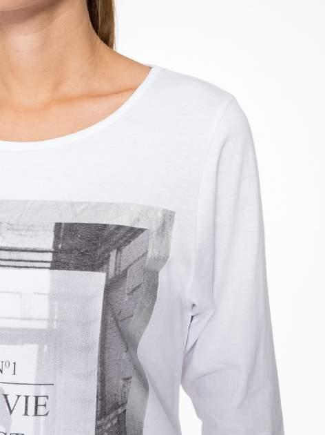 Biała bluzka w stylu fashion z nadrukiem LA VIE EST BELLE                                  zdj.                                  6