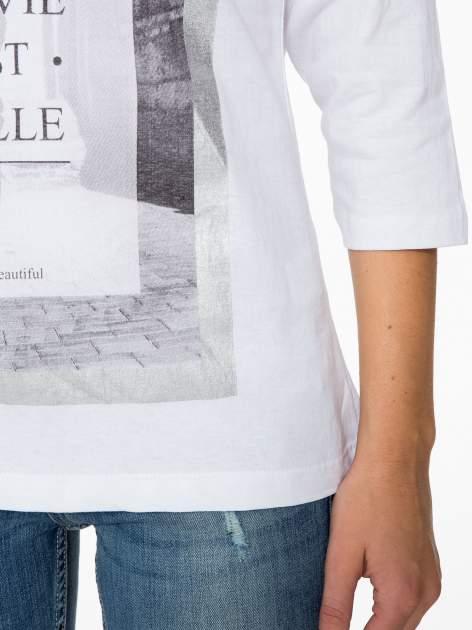 Biała bluzka w stylu fashion z nadrukiem LA VIE EST BELLE                                  zdj.                                  7