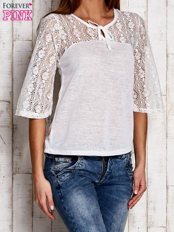 Biała bluzka z ażurowym dekoltem i rękawami                                  zdj.                                  3