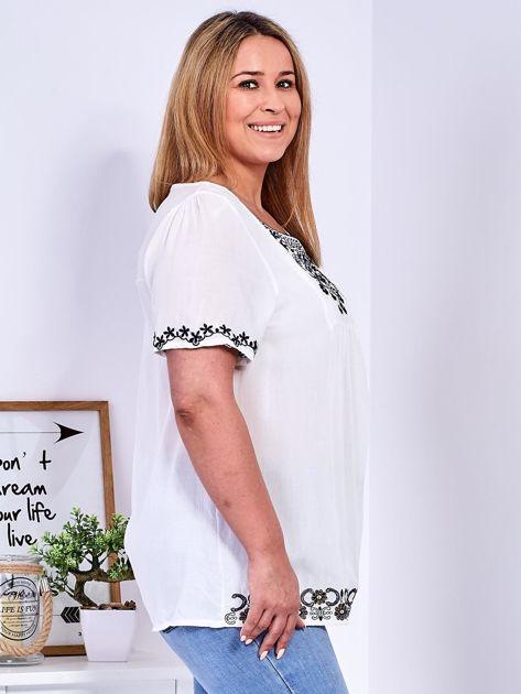 Biała bluzka z haftowanym wykończeniem PLUS SIZE                              zdj.                              4
