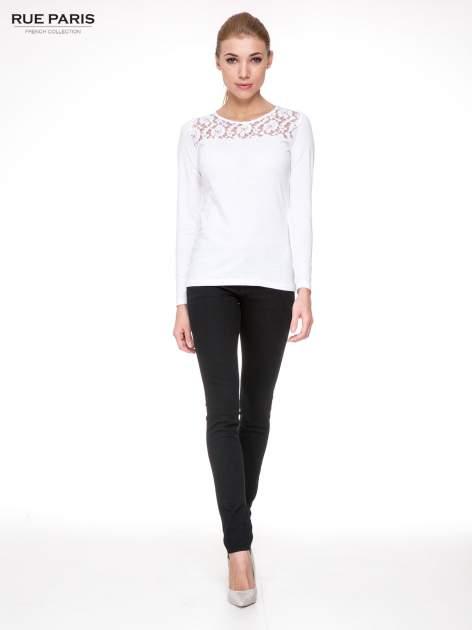 Biała bluzka z karczkiem z koronki w róże                                  zdj.                                  2
