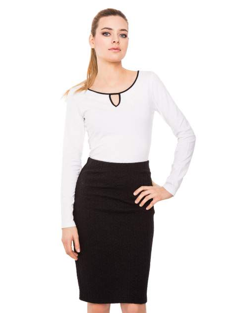 Biała bluzka z kontrastową lamówką z dekoltem w łezkę                                  zdj.                                  5