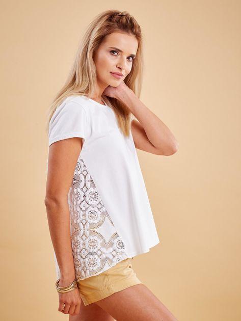 Biała bluzka z koronkową wstawką na plecach                              zdj.                              3