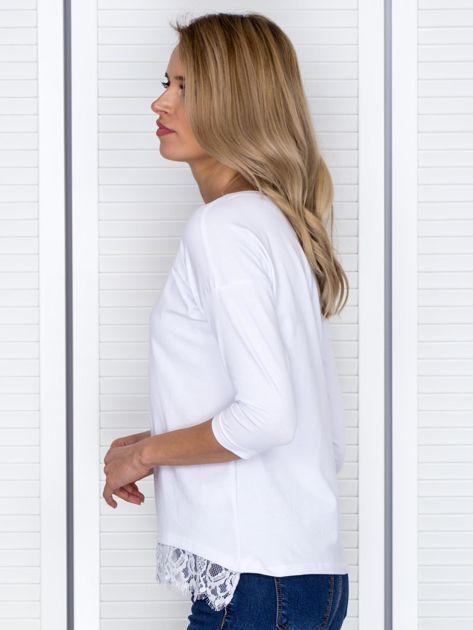 Biała bluzka z koronkowym wykończeniem                              zdj.                              3