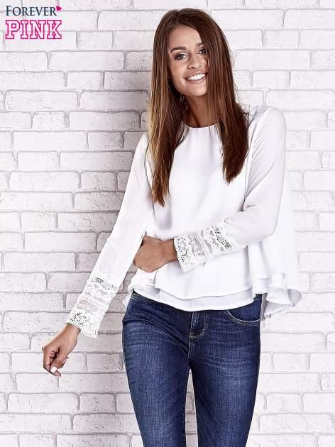 Biała bluzka z koronkowym wykończeniem rękawów                                  zdj.                                  3