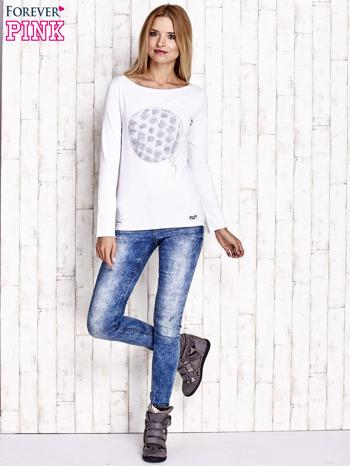 Biała bluzka z kwiatową aplikacją i surowym wykończeniem                                  zdj.                                  2