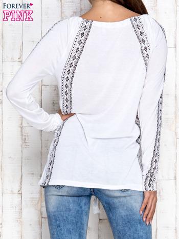 Biała bluzka z motywami azteckimi i chwostami                                  zdj.                                  2