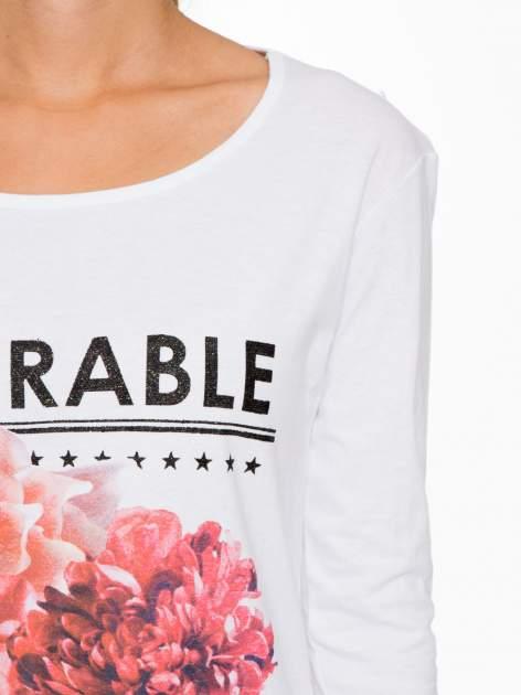 Biała bluzka z motywem kwiatowym i napisem ADORABLE                                  zdj.                                  6