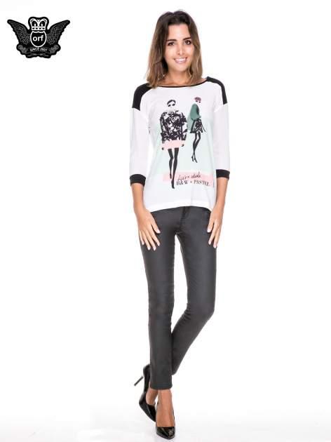 Biała bluzka z nadrukiem fashion i kontrastowymi wstawkami