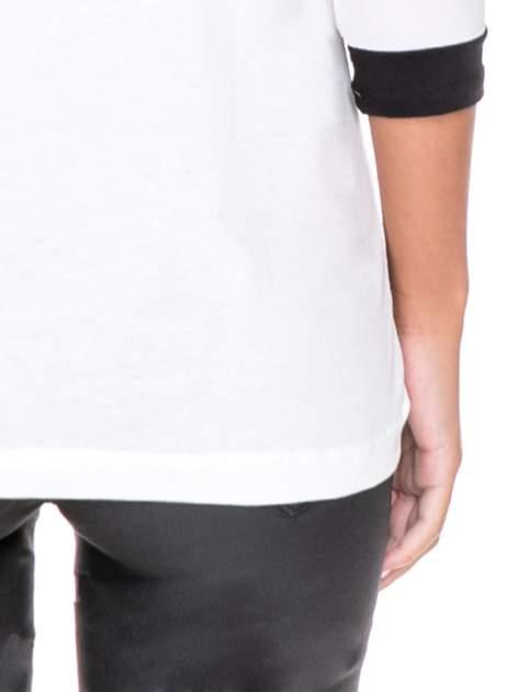 Biała bluzka z nadrukiem fashion i kontrastowymi wstawkami                                  zdj.                                  7