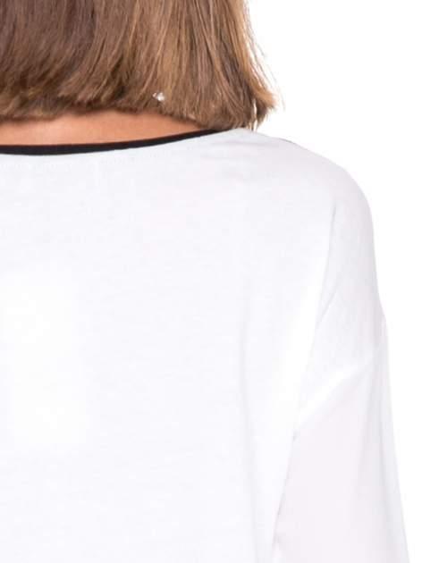 Biała bluzka z nadrukiem fashion i kontrastowymi wstawkami                                  zdj.                                  8