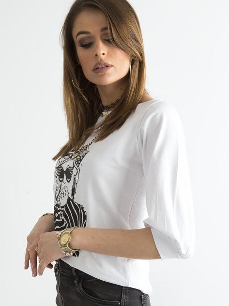 Biała bluzka z nadrukiem i rękawem 3/4                              zdj.                              3
