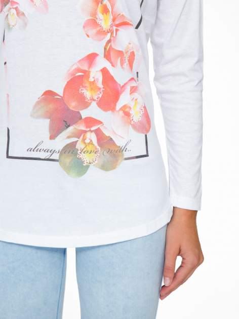 Biała bluzka z nadrukiem kwiatowym i napisem BEAUTY                                  zdj.                                  7