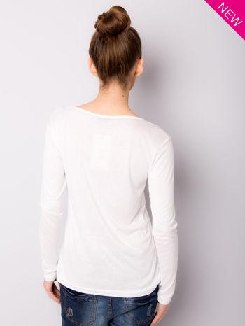 Biała bluzka z nadrukiem modelki                                  zdj.                                  5
