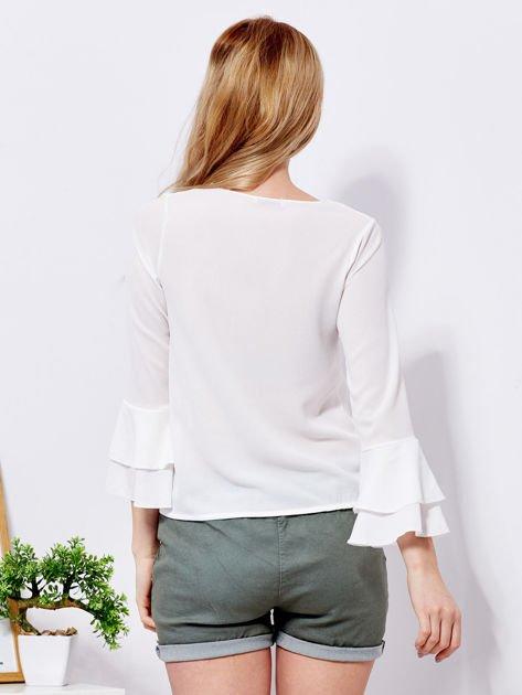 Biała bluzka z rozszerzanymi rękawami                              zdj.                              2