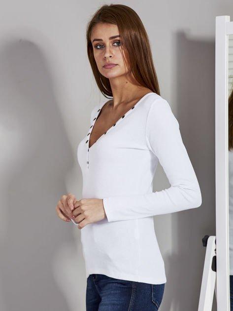 Biała bluzka z zatrzaskami przy dekolcie                               zdj.                              3