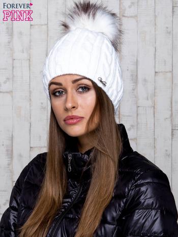Biała czapka z warkoczowym splotem i futrzanym pomponem                                  zdj.                                  1