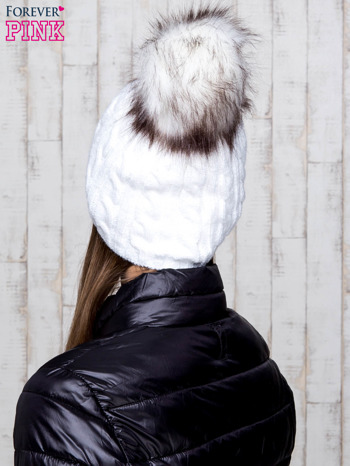 Biała czapka z warkoczowym splotem i futrzanym pomponem                                  zdj.                                  3