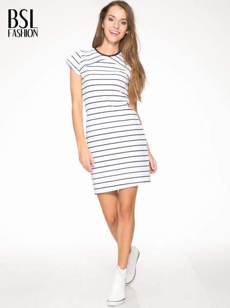 Biała dopasowana sukienka w paski z rozporkiem na dole                                  zdj.                                  5
