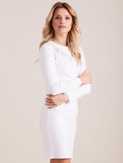 Biała dopasowana sukienka w prążek z dżetami                              zdj.                              2