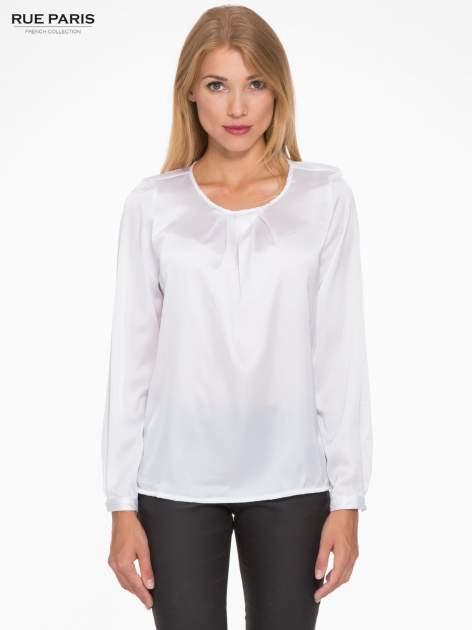 Biała elegancka atłasowa koszula z zakładkami przy dekolcie                                  zdj.                                  1