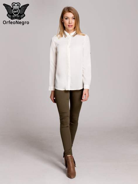Biała elegancka koszula z kołnierzykiem z łańcuszkami                                  zdj.                                  7