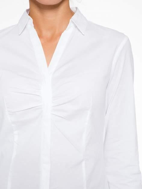 Biała elegancka koszula z marszczeniem przy dekolcie                                  zdj.                                  5
